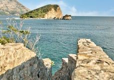 En sikt av helgonet Nicolas Island Sveti Nikola Island från citadellen av den gamla staden av Budva, Budva, Montenegro Royaltyfri Fotografi