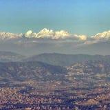 En sikt av himalayasna över Kathmanduet Valley i Nepal Arkivfoton