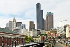 En sikt av i stadens centrum Seattle och horisont i bakgrunden Arkivfoto
