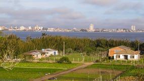 En sikt av Ilha DOS Marinheiros, med staden av Rio Grande i bakgrunden Arkivfoto