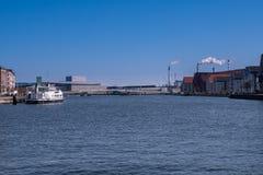 En sikt av Inderhavnsbroenen i Copenhaven, Danmark och en hed royaltyfri foto
