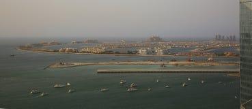 En sikt av Jumeriahen gömma i handflatan i Dubai arkivfoto