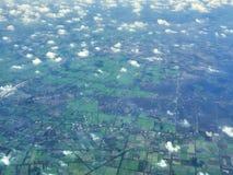 En sikt av kambodjanska eller Vietnam fält från flygplanet fotografering för bildbyråer