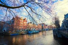 En sikt av kanalen av Amsterdam vid dag Arkivfoto