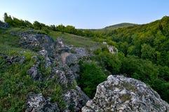 En sikt av kanjonen och bergen i avståndet Sommar Fotografering för Bildbyråer