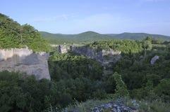 En sikt av kanjonen och bergen i avståndet Sommar Arkivbilder