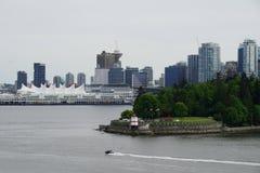 En sikt av kolhamnen och det Kanada stället till och med Stanley Park och fyren, Vancouver, Kanada Royaltyfria Bilder