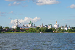 En sikt av kupoler av forntida tempel av Rostov Veliky från sjön Nero guld- cirkel russia Arkivbild