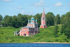 En sikt av kyrkan av symbolen av modern av guden av Kazan på vänstersidabanken av Volgaet River Yaroslavl regio Royaltyfri Fotografi