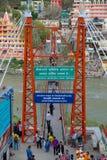 En sikt av Lakshman Jhula från den Tapovan sidan av Gangesen royaltyfria foton