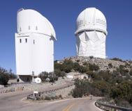 En sikt av Mayallen 4m teleskop och Steward Observatory Arkivbild