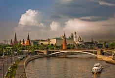 En sikt av moscow kremlin efter regn Arkivfoton