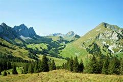 En sikt av moutains i Schweiz royaltyfria bilder