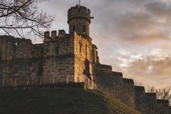 En sikt av några av murarna med tinnar av Lincoln Castle royaltyfri foto
