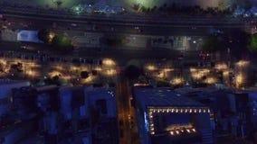 En sikt av nattstadsgatan från över stock video
