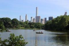 En sikt av New York fr?n sj?n i Central Park fotografering för bildbyråer