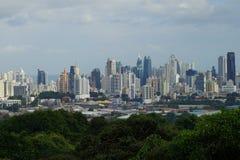 En sikt av Panama City horisont med ett forested område i förgrunden Arkivfoton