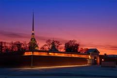 En sikt av Peter och Paul Fortress på solnedgången Royaltyfria Bilder