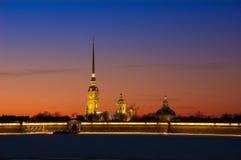 En sikt av Peter och Paul Fortress på solnedgången Arkivbild