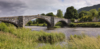 En sikt av Pont Fawr och Tu Hwnt I'r Bont arkivfoton