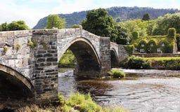 En sikt av Pont Fawr och Tu Hwnt I'r Bont arkivfoto