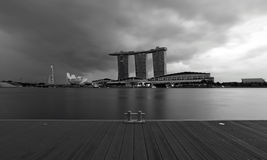 En sikt av Singapore Marina Bay Signature Skyline i svartvitt foto över däcket Royaltyfri Fotografi