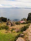 En sikt av sjön Titicaca från den Taquile ön Arkivfoto