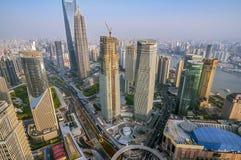 En sikt av skyskraporna av Pudong område Arkivfoton