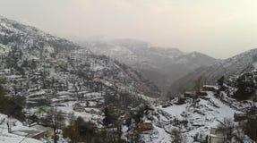 En sikt av snö täckte Pir Pajal Ranges i Bafliaz Dera-Ki-Gali i det Pir Panchal bältet i Rajouri Arkivbilder