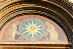En sikt av St Anthony Basilica på söndag - en detalj på ingångsdörrarna - Padua, Italien Arkivbilder