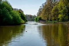 En sikt av St James ` s parkerar sjön med en springbrunn, London Royaltyfri Foto