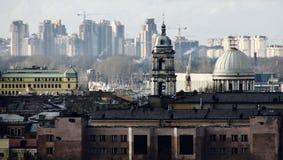 En sikt av St Petersburg inklusive gamla kyrkor och nya hyreshusar Royaltyfri Foto