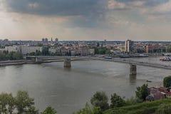 En sikt av staden av Novi Sad och den Varadin bron från den Petrovaradin fästningen, Novi Sad Arkivfoton