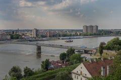 En sikt av staden av Novi Sad och den Varadin bron från den Petrovaradin fästningen, Novi Sad Fotografering för Bildbyråer