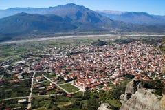 En sikt av staden av Kalampaka var den huvudsakliga dragningen av norden av Grekland lokaliseras royaltyfria bilder