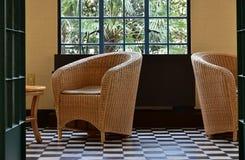 En sikt av stolen i rummet Arkivfoton