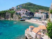 En sikt av stranden för huvud för Richard ` s och hotellen och en del av den gamla staden av Budva, Budva, Montenegro Royaltyfria Bilder