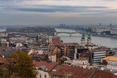 En sikt av taken av Budapest och flodDonauen, på en höstdag arkivfoto