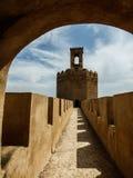 En sikt av tornet av Espantaperros i Alcazabaen av Badajoz Royaltyfri Fotografi