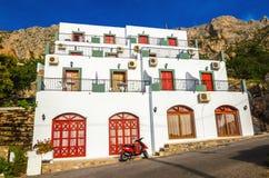 En sikt av typiska grekiska lägenheter med sikt ser och terrasserar på Fotografering för Bildbyråer