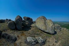 En sikt av unika stenar och vaggar i naturliga Macin berg parkerar Arkivfoto