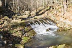 En sikt av en vattenfall på att vråla körd liten vik Royaltyfri Foto