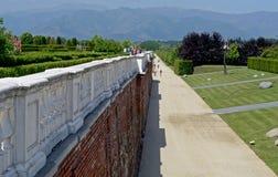 En sikt av Venaria Reale och dess trädgård arkivbild