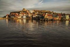 En sikt av Whitby, Yorkshire, England - skinande vatten Arkivfoto