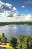 En sikt för öga för fågel` s av sjön Seliger på en klar sommardag Tver region Arkivfoton