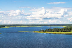 En sikt för öga för fågel` s av sjön Seliger på en klar sommardag Tver region Arkivfoto
