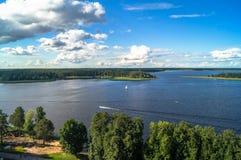 En sikt för öga för fågel` s av sjön Seliger på en klar sommardag Tver region Arkivbild
