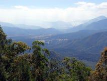 En sikt för fågelöga av en dal från de Atherton högslättarna in mot Innisfail i Queensland, Australien som visar en buskebrand i  Royaltyfria Foton