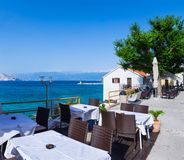 en sikt för sommarterrasssjösida av den traditionella europeiska mediterranen Royaltyfri Foto