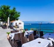 en sikt för sommarterrasssjösida av den traditionella europeiska mediterranen Arkivbild